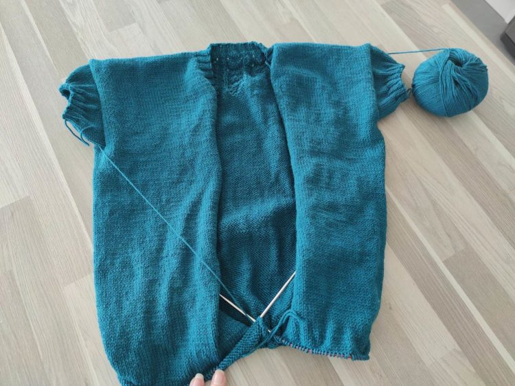 Libbelulla Tee en cours de tricot