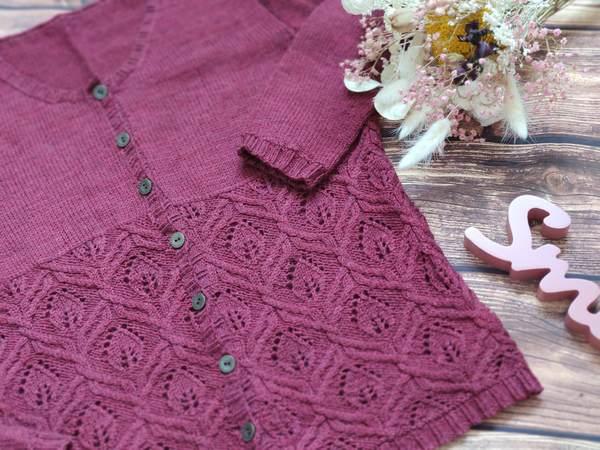 Knautia, un gilet tricoté en dentelle et torsades