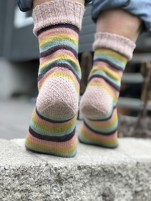 Bas Louisette - Chaussettes au tricot - Patron gratuit -Maloraé Designs