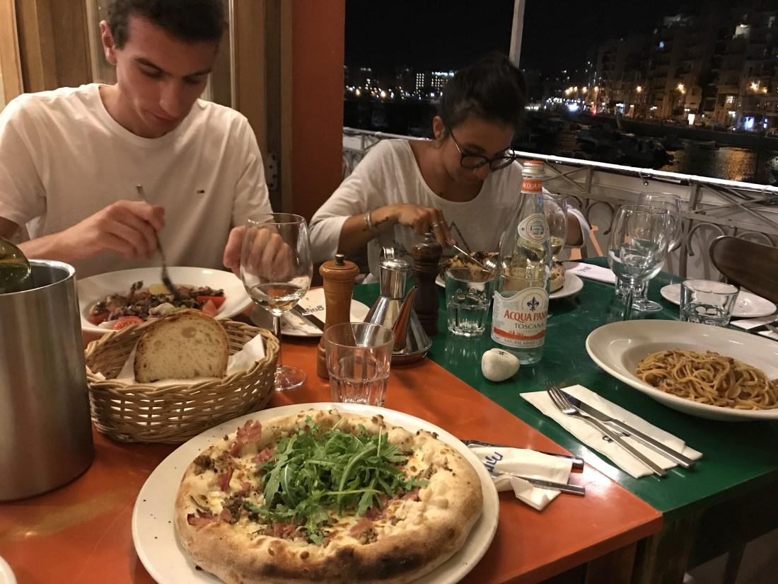 マルタのレストランで食事