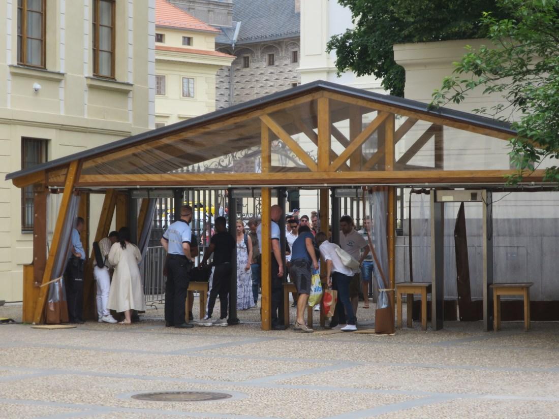プラハ城へ入場するためのの検査