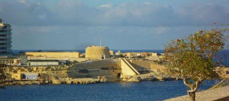A Tigné-erőd Valletta felől