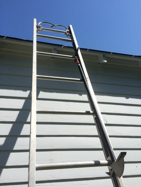 The Raptor allows the hook to be secured on a ground ladder, by hooking it under a rung.