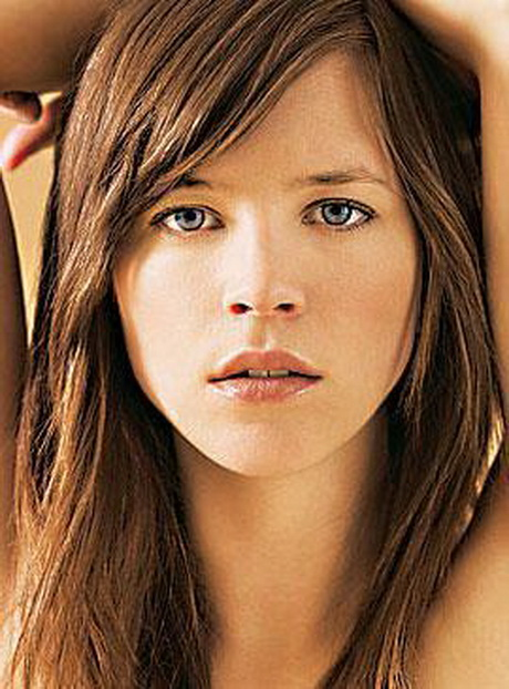 Your hair may be cut feathery light, in distinct steps or it may be cut to a short pixie.: Frisuren lange haare stufen