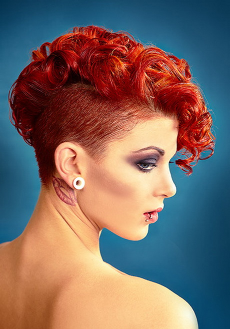 We recommend you get a high fade or undercut on the sides for contrast, thereby focusing the eyes on your messy spikes. Kurzhaarfrisur locken damen