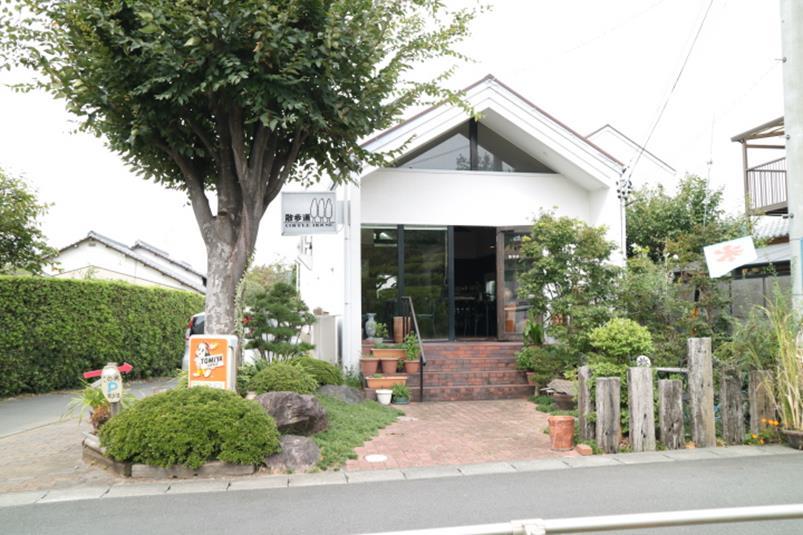 秋葉山公園の住宅街側入り口にあるカフェ