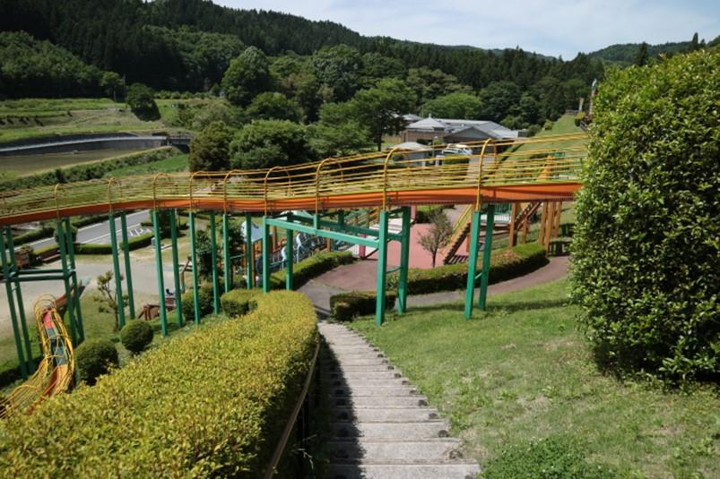 群馬県最長の倉渕せせらぎ公園のローラー滑り台がある斜面