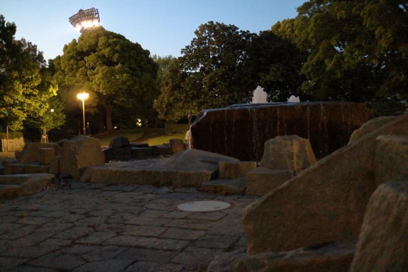 平塚市総合公園、夜間の流れの広場