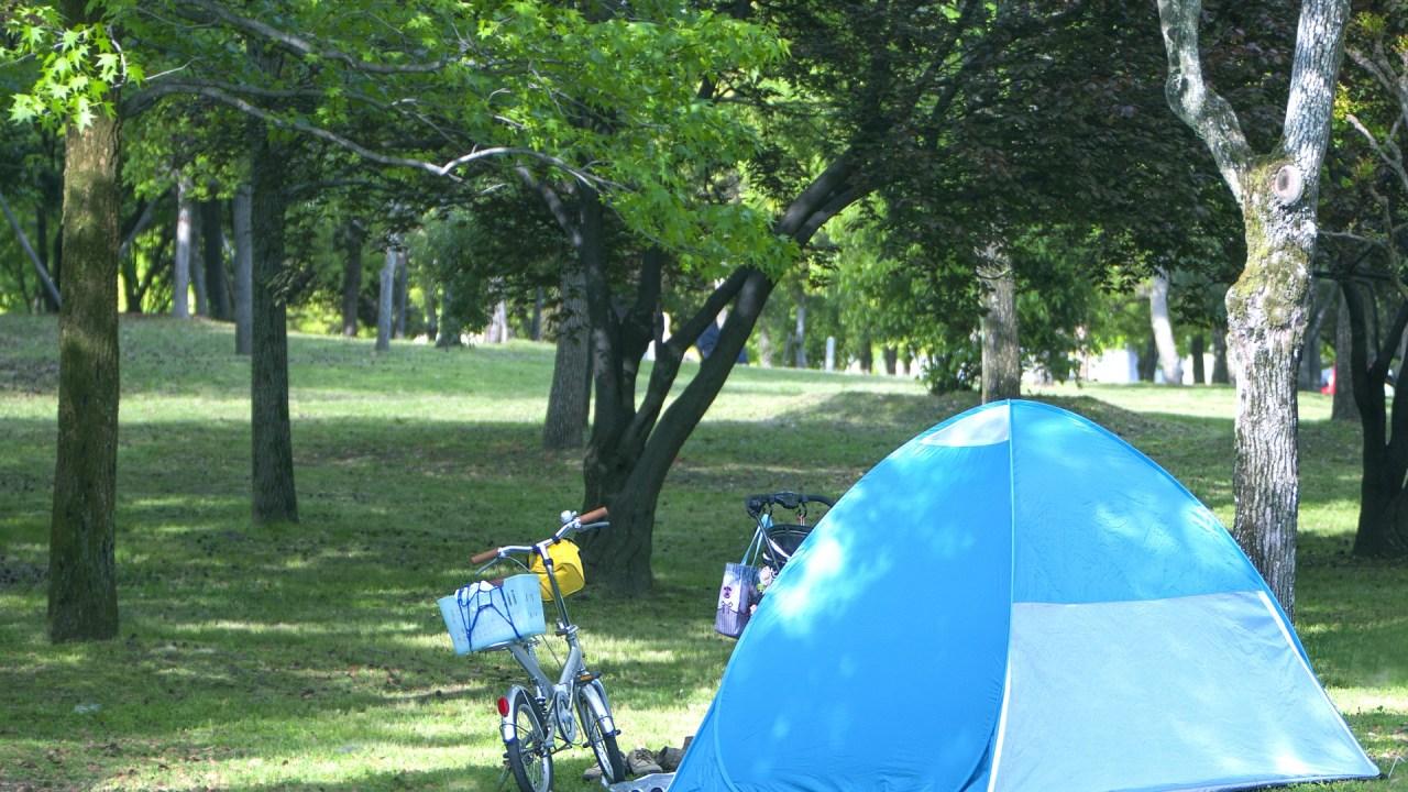 キャンプでポップアップテントを開いた様子