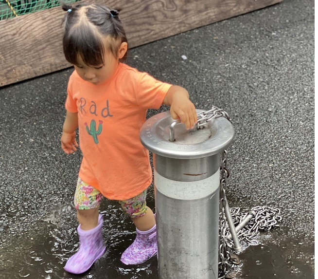 二人目育児が楽だと感じる7つの場面 汚れに対して寛容になる あまり気にならなくなる 外遊びの汚れ 水たまりで遊ぶ1歳8か月の娘