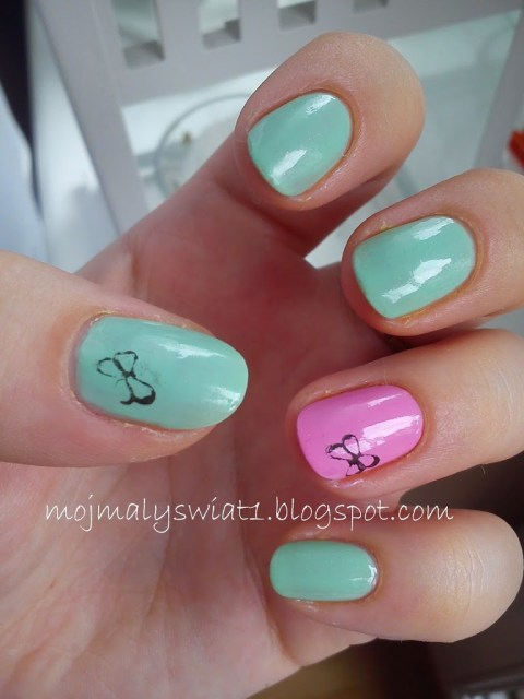 mięta i róż na paznokciach