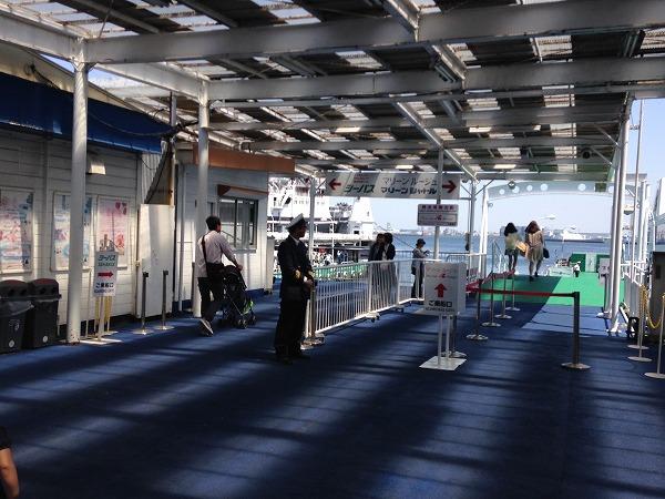 山下公園シーバス乗船場入口
