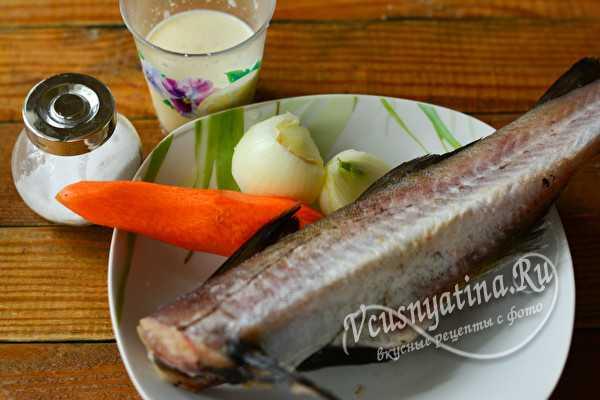 Минтай в сметане с луком и морковью на сковороде
