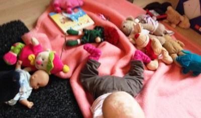 Babyfüßchen inmitten der herbeigeschleppten Kuscheltiere meiner Kinder. Leider hatte sich das Baby noch gar nicht dafür interessiert.