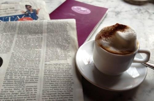 Zeitung, Kaffee und Kuchen in der Zicke