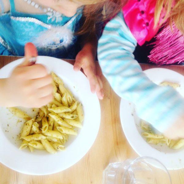 Anna und Elsa essen Nudeln mit Pesto