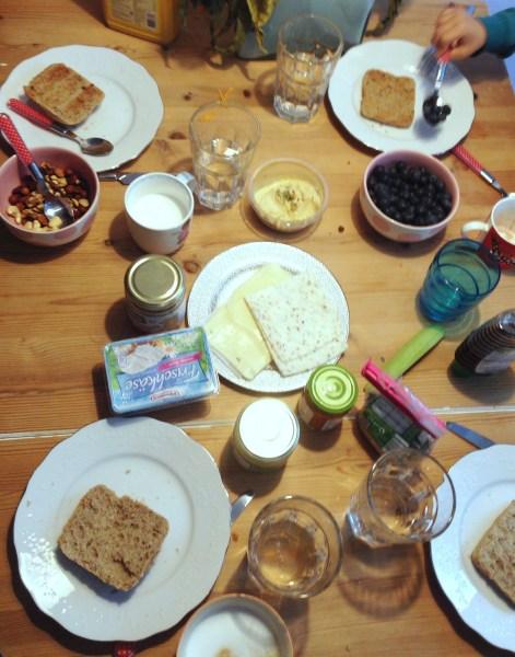 Frühstückstisch. Die Kinder haben gedeckt.