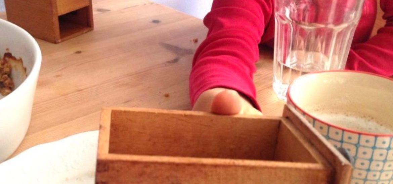 Kind untersucht Kaffeemühle
