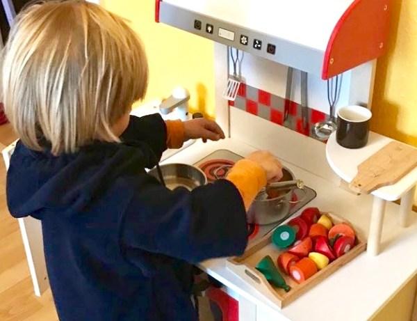 Kleinkind kocht in Kinderküche