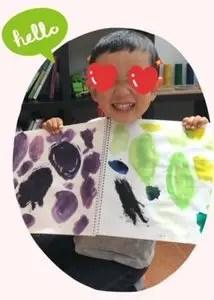 紫と黄緑の色を使って描いた息子の絵