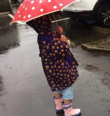 雨の音を聞く子供
