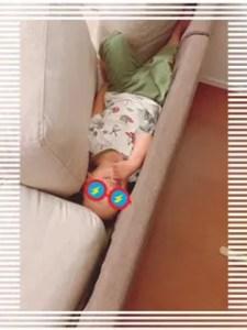 ソファーの背もたれにはさまっている息子