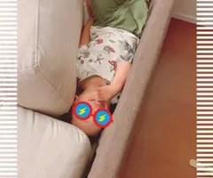 ソファに隠れる息子