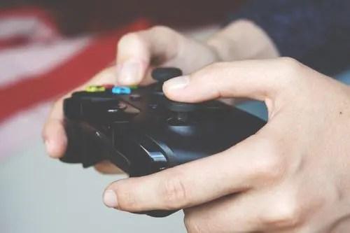 テレビゲームをする様子
