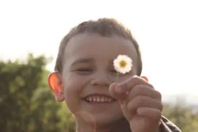 優しい笑顔の少年