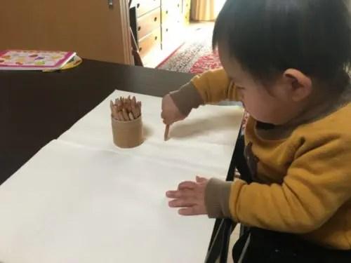 色鉛筆でお絵描きを楽しんでいる