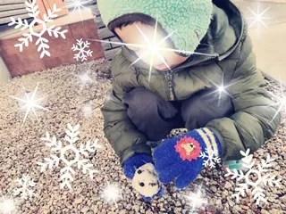 雪をかき集めている息子