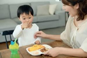ママと美味しそうにご飯を食べる男の子