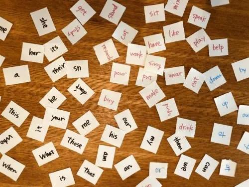 机に広げた英単語カード