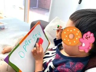 アルファベットを書く息子