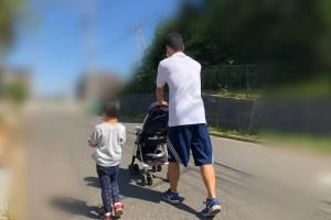 散歩をするパパと子供