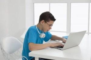 ノートパソコンを見る小学校高学年男児
