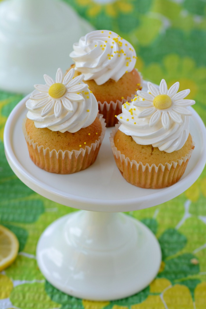 Lemon curd cupcakes with meringue cloud frosting - Recipe