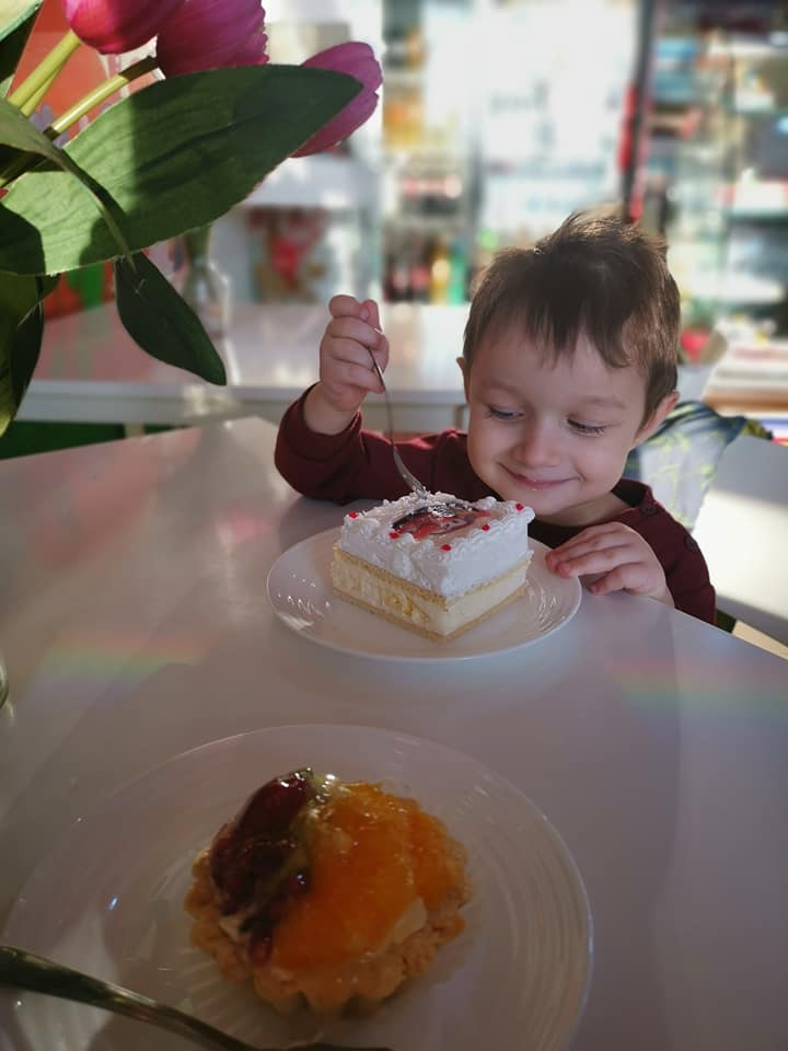 Copilăria este uneori pandișpan cu vanilie. Servit cu mama la cofetărie
