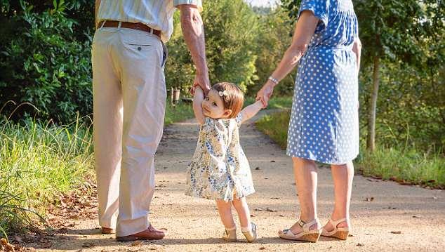 Și oamenii de știință o spun: bunicii și nepoții care petrec timp împreună sunt mai fericiți.