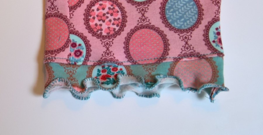 Een decoratieve rolzoom bij tricot