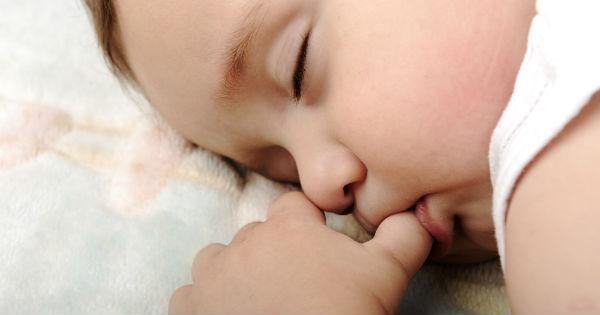 bebe dormindo e chupando dedo
