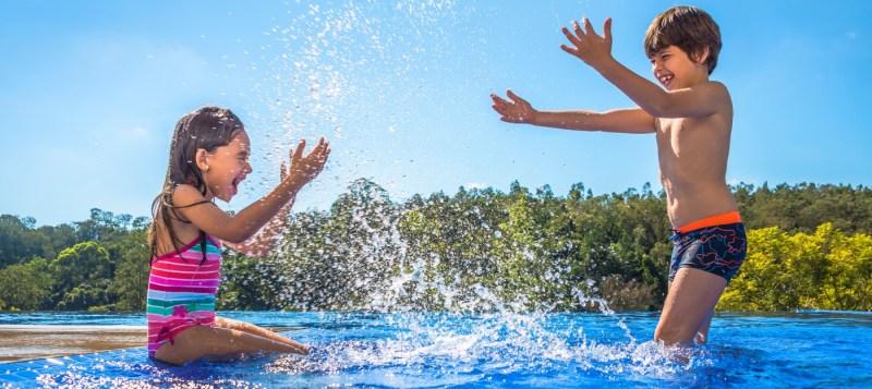 crianças brincar na piscina
