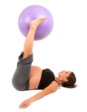 gestante fazendo pilates com bola