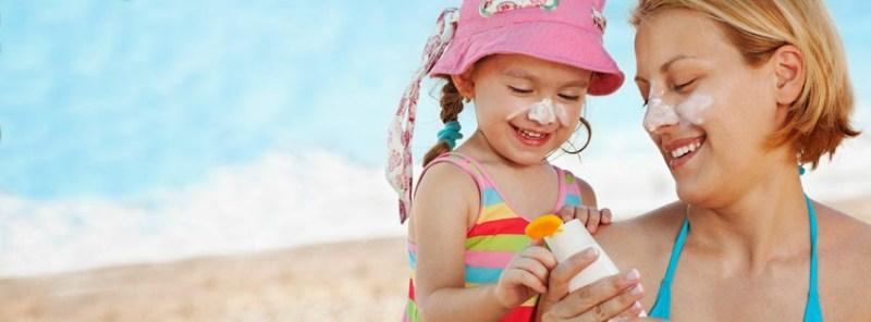 criança com protetor solar