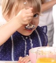 Mãe boliviana cria papinha para filha intolerante à lactose