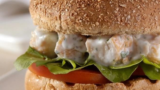 Hambúrguer de frango no pão integral