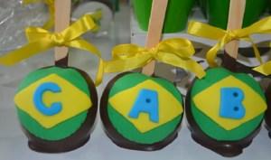 Maçã do amor coberta de chocolate e decorada com pasta americana