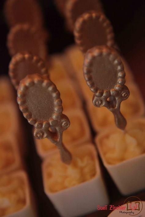 Caixinhas de chocolate com brigadeiro de maracujá e espelhinho comestível