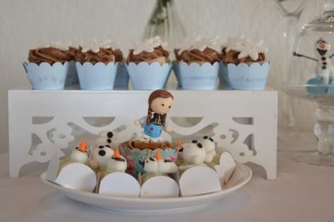 Linda composição com os cupcakes e docinhos de chocolate branco de Olaf