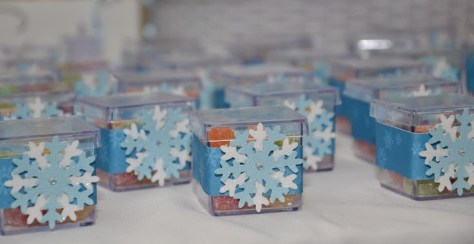Caixinhas transparentes com bala de goma e decoração com flocos de neve